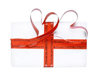 El regalo adornado con una cinta con los corazones Foto de archivo
