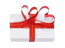 El regalo adornado con una cinta con los corazones Fotografía de archivo