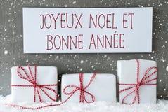 El regalo blanco con los copos de nieve, Bonne Annee significa Año Nuevo Fotografía de archivo
