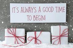 El regalo blanco con los copos de nieve, cita tiempo siempre bueno comienza imagen de archivo