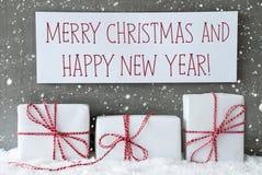 El regalo blanco con los copos de nieve, manda un SMS a Feliz Año Nuevo de la Feliz Navidad Fotos de archivo