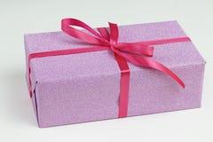 El regalo de las mujeres en un fondo blanco imagen de archivo