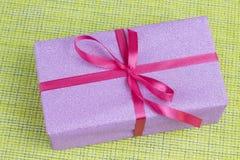 El regalo de las mujeres en un fondo verde fotografía de archivo libre de regalías