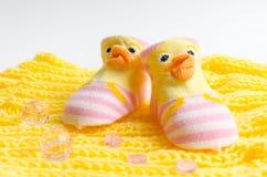 El regalo de los calcetines del rosa fijó para un bebé recién nacido Fotos de archivo