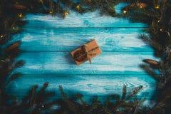 El regalo de Navidad en un azul wodden la tabla Imagenes de archivo