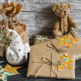 El regalo de Navidad, Santa Claus de cerámica, juguete refiere una superficie de madera Fotografía de archivo