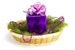 El regalo del Año Nuevo con un piel-árbol en una cesta Foto de archivo