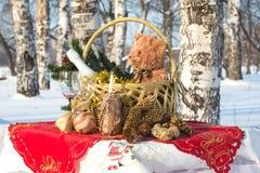 El regalo del Año Nuevo en una cesta Fotos de archivo