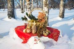 El regalo del Año Nuevo en una cesta Imagen de archivo