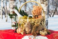 El regalo del Año Nuevo en una cesta Fotografía de archivo