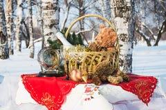 El regalo del Año Nuevo en una cesta Imagenes de archivo