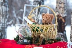El regalo del Año Nuevo en una cesta Foto de archivo
