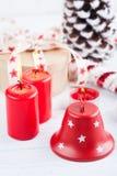 El regalo en la caja de Kraft con el rojo protagoniza la cinta, encendido las velas y decorat Imagen de archivo