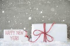 El regalo, fondo del cemento con los copos de nieve, manda un SMS a Feliz Año Nuevo Foto de archivo libre de regalías