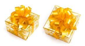 El regalo pila de discos en papel de oro con el arqueamiento amarillo Imagen de archivo libre de regalías