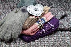 El regalo popular de la Navidad para una mujer - una bufanda de lana, acción y guantes Foto de archivo