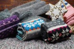 El regalo popular de la Navidad para una mujer - una bufanda de lana, acción y guantes Fotos de archivo libres de regalías