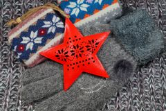 El regalo popular de la Navidad para una mujer - una bufanda de lana, acción y guantes Fotografía de archivo