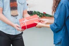 El regalo que da por la Navidad y el Año Nuevo, cierre encima de la mano del hombre da con referencia a Fotografía de archivo libre de regalías