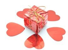 El regalo rojo con los corazones Foto de archivo