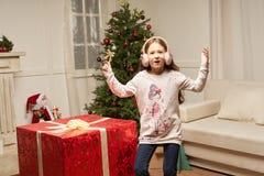 El regalo rojo grande por Año Nuevo sorprende al niño Foto de archivo