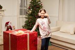 El regalo rojo grande por Año Nuevo sorprende al niño Fotos de archivo libres de regalías