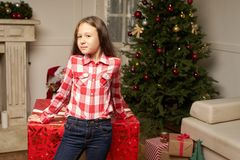 El regalo rojo grande por Año Nuevo sorprende al niño Fotografía de archivo libre de regalías