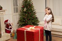 El regalo rojo grande por Año Nuevo sorprende al niño Fotos de archivo