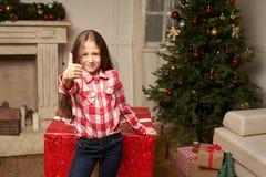 El regalo rojo grande por Año Nuevo sorprende al niño Fotografía de archivo