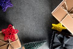 El regalo y los juguetes de la Navidad en viejo estilo retro del vintage texturizan el fondo Espacio vacío de la copia para la id Imagen de archivo