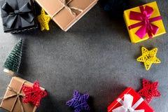 El regalo y los juguetes de la Navidad en viejo estilo retro del vintage texturizan el fondo Espacio vacío de la copia para la id Fotos de archivo libres de regalías