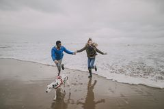 El regate joven de los pares agita en la playa del invierno Imágenes de archivo libres de regalías