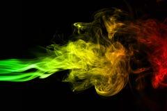 el reggae de las curvas y de la onda del humo del fondo colorea verde, amarillo, rojo coloreado en la bandera de la música del re fotografía de archivo libre de regalías