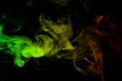 el reggae de las curvas y de la onda del humo del fondo colorea verde, amarillo, rojo coloreado en la bandera de la música del re imagen de archivo libre de regalías