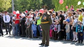 El regimiento inmortal de la acción en desfile de la victoria Fotos de archivo