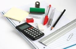 El regla de la calculadora de la libreta encierra el clip de dogo del lápiz Imagen de archivo libre de regalías