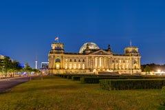 El Reichstag en Berlín en la noche Imagenes de archivo