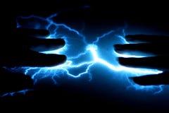 El relámpago azul muy brillante transporta electricidad Foto de archivo libre de regalías