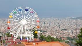 El relámpago destellaba en cielo sobre parque de atracciones de Barcelona en Tibedabo metrajes