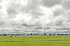 El relámpago y las nubes negras Foto de archivo