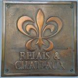 El relé y los Chateaux firman adentro el hotel de Chateau du Sureau en Oakhurst, California Imagenes de archivo