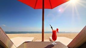 El relajar en la playa almacen de video