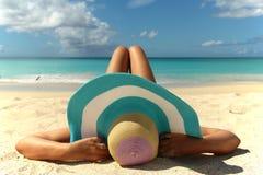El relajar en la playa Imágenes de archivo libres de regalías