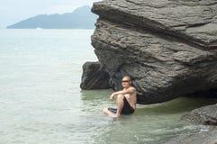 El relajar en la playa foto de archivo