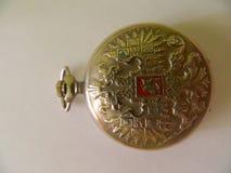 El reloj antiguo en un fondo blanco abrió el oro Imagenes de archivo