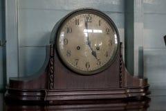 El reloj antiguo está en la tabla imagenes de archivo