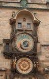 El reloj astronómico histórico en ayuntamiento viejo en Praga Fotos de archivo libres de regalías