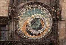 El reloj astronómico histórico en ayuntamiento viejo en Praga Imagen de archivo