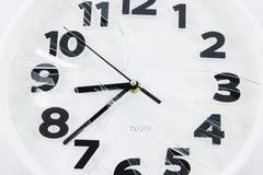 El reloj blanco es vidrio quebrado Fotografía de archivo