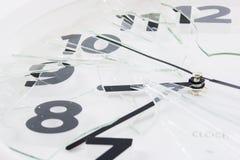 El reloj blanco es vidrio quebrado aislado Foto de archivo libre de regalías